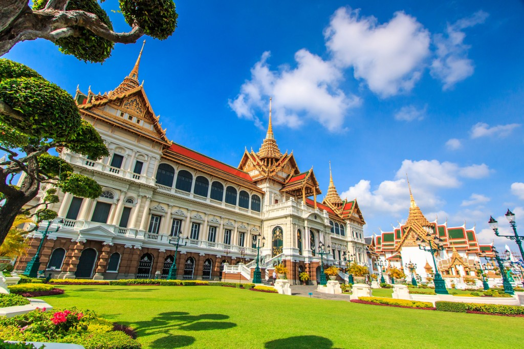 Royal-grand-palace-in-Bangkok,-Asia-Thailand_tropicallife